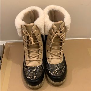 Snow boots snake print with fur.